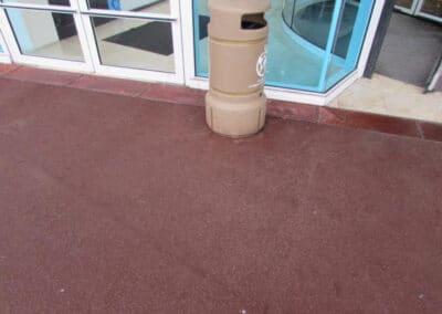 Décollage sur tout type de surface : enrobé rouge